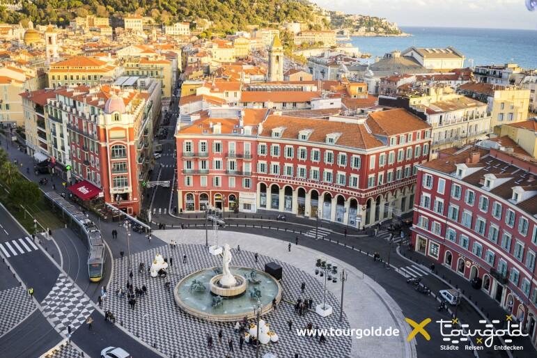 Nizza mit Place Masséna und dem Meer im Hintergrund
