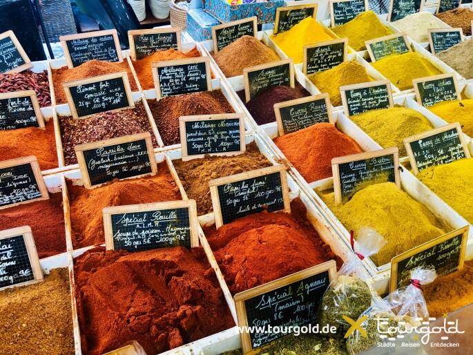 Gewürze auf einem provenzalischem Markt in Antibes