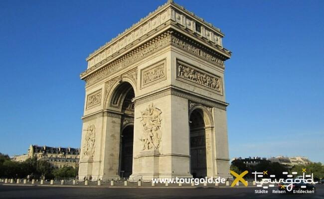 Busreise Paris günstig - Gratis unter dem Triumphbogen herumschlendern